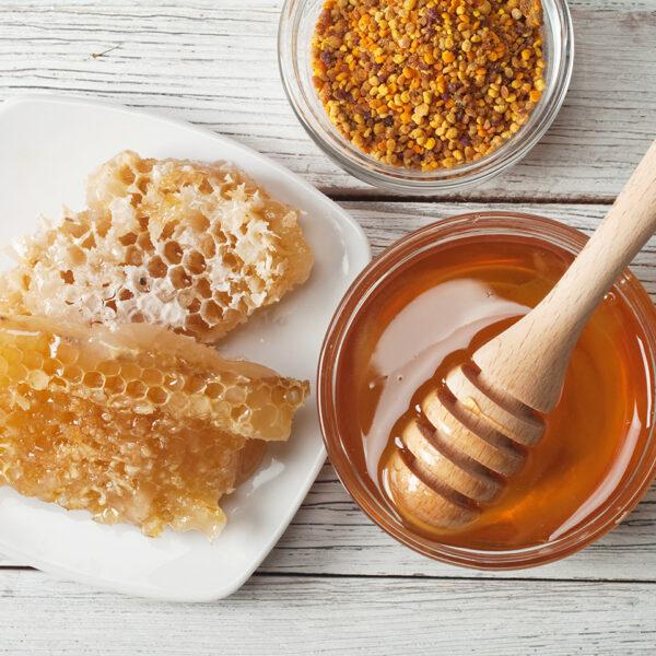 Honig mit Honigwaben auf Holz Untergrund | Foto: Getty Images