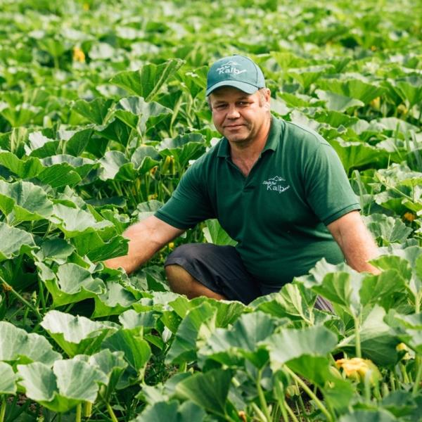 Andreas Kalb kniet inmitten eines seiner Felder | Foto: Weissengruber & Partner
