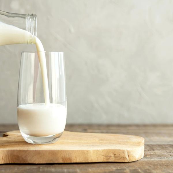 Milch wird aus Flasche in ein Glas gegossen | Foto: Getty Images