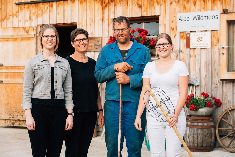 Familie Eberle, Bestehend Aus Mutter, Vater Und Den Beiden Töchtern, Steht Vor Der Alpe Kassa Wildmoos.