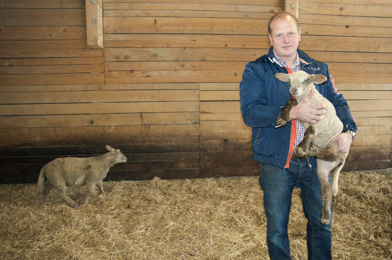 Bernd Bechter Steht In Einem Stall Und Hat Ein Lamm Auf Dem Arm