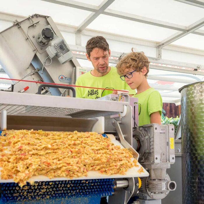 Familie Porod   mobile Saftpresse mit Äpfeln
