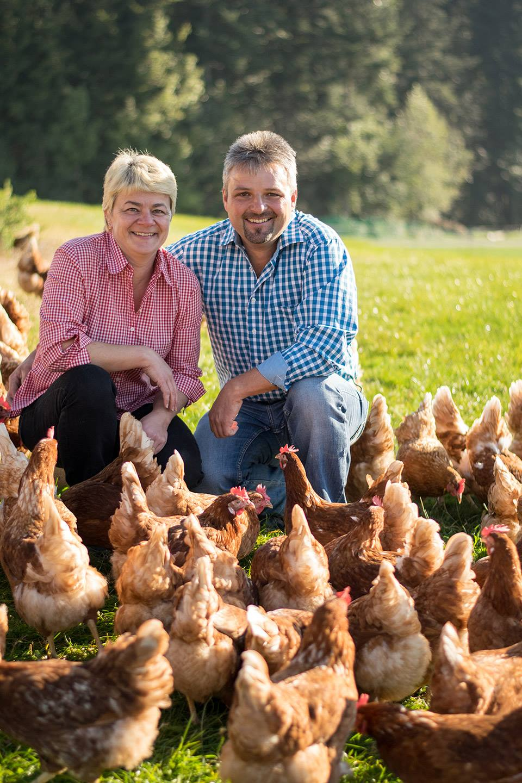 Claudia Und Gerd Giselbrecht Sitzen Auf Einer Wiese Umringt Von Ihren Hühnern