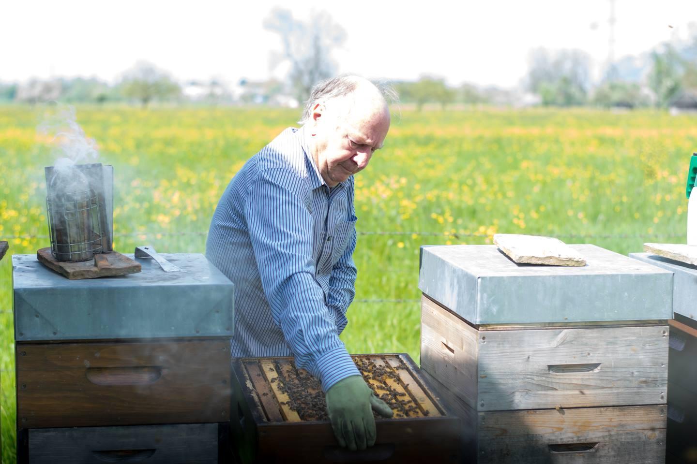 Egon Gmeiner Versucht Einen Bienenstock Anzuheben, Außerdem Zeigt Das Bild Noch Mehrere Andere Bienenstöcke