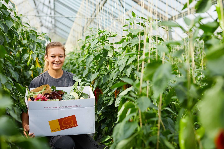 Fabienne Gehrer Steht Im Gewächshaus Und Hält Dabei Ihre Gemüsekiste In Der Hand