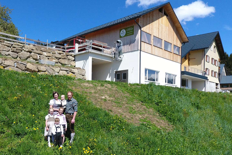 Familie Mathis Steht Vor Ihrem Hof Auf Einer Wiese