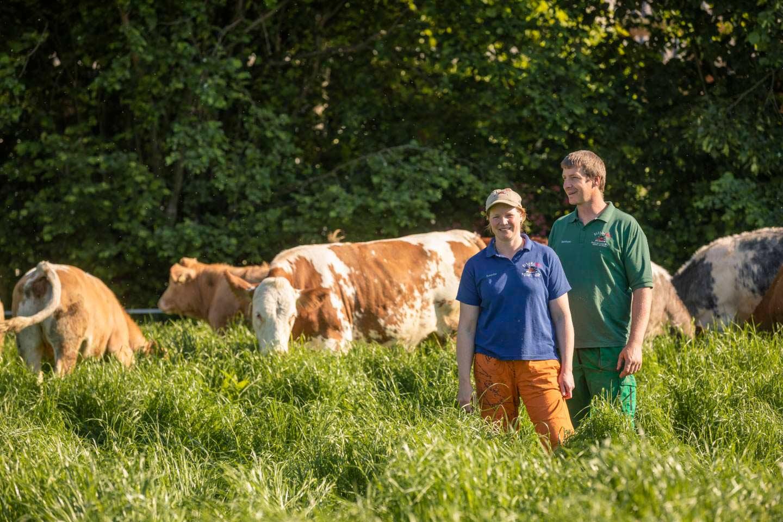 Bernhard Und Susanne Maaß Stehen Auf Einer Wiese Zusammen Mit Ihren Rindern